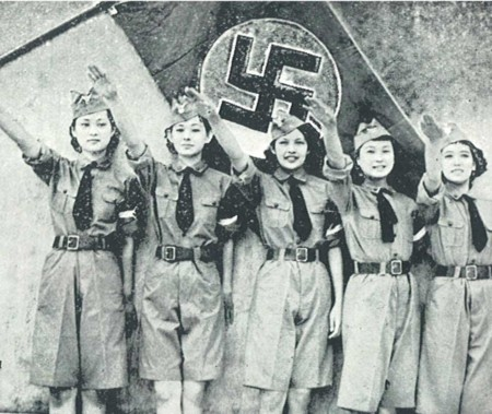 Jeunes Japonaises du corps de ballet Nichigeki lors d'une revue musicale pour la visite de la Hitlerjugend à Tokyo en 1938