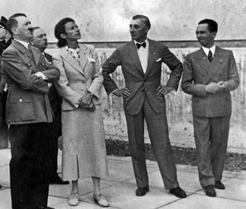 Besichtigung des Hauses der Deutschen Kunst durch Adolf Hitler. Daneben Frau Prof. Troost, Präsident der Akademie der Bildenden Künste Ziegler und Dr. Goebbels am 5.5.37.